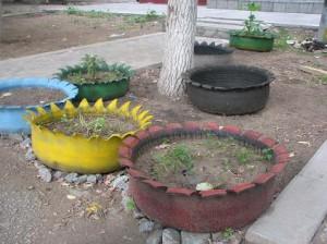 клумба для цветов из старых колес