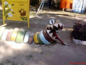 змея из шин для детской площадки