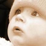 ребенок внимательно смотрит