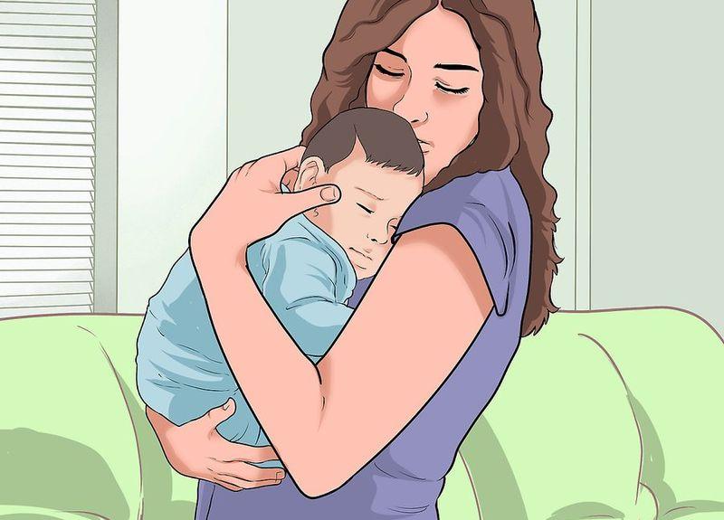 Новорожденный прижат к груди