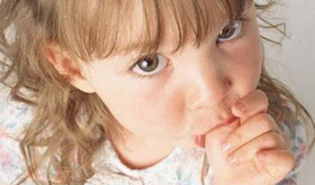 Ребенок сосет палец. Такими сосательными делами в основном занимаются дети находящиеся