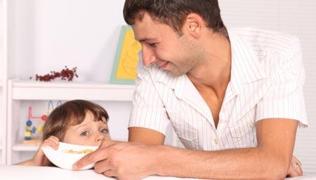 ребенок учится кушать ложкой