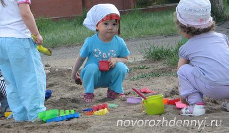 если маленький ребенок ест песок