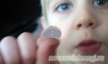 ребенок проглотил плоскую батарейку