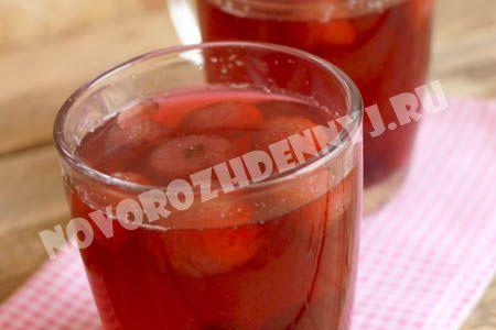 компот из замороженной клубники и других ягод