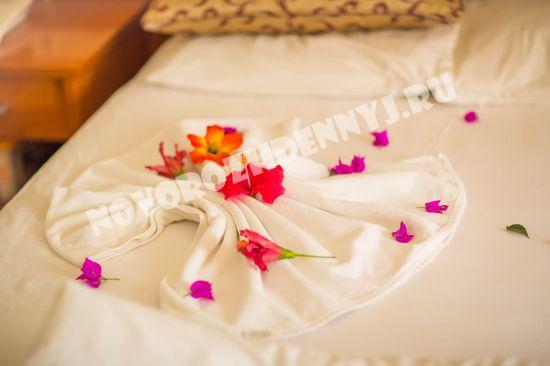 После уборки в номере на кровати цветочный декор