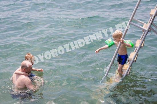 Спуск в море с пирса