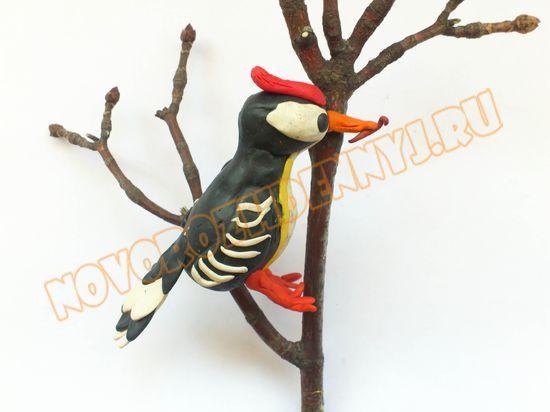 птица дятел из пластилина